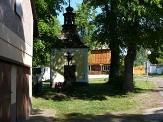 Kaplička na návsi v Olešné
